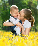 familia-feliz-en-un-paseo-madre-que-besa-al-bebé-31869321