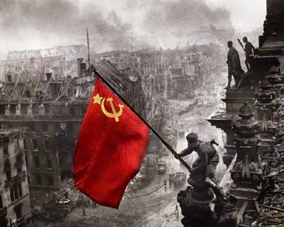 Alzando una bandera sobre el Reichstag, de Yevgueni Jaldéi (color)